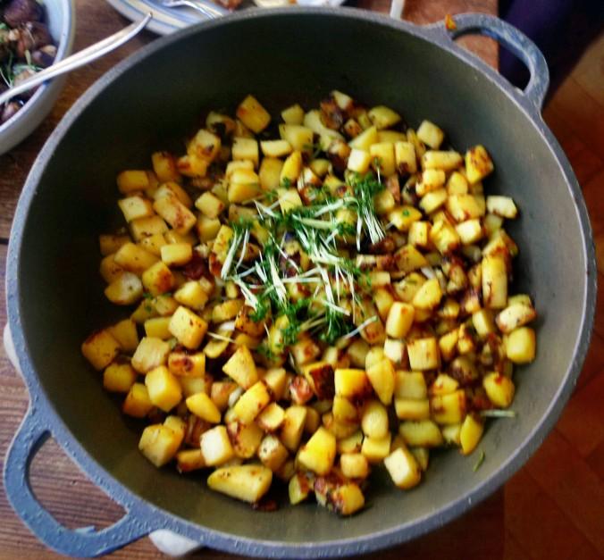 Roh gebratene Kartoffeln,Kräutersaitlinge,Champignon,Römersalat - 26.2.15   (6a)
