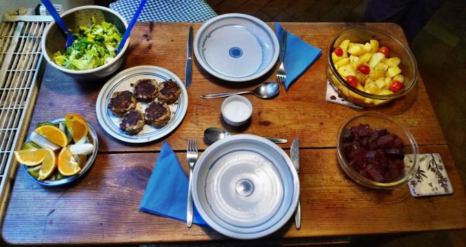 Rote Beete,Kartoffeln,Frikadellen,Salat -9.2.15   (1)