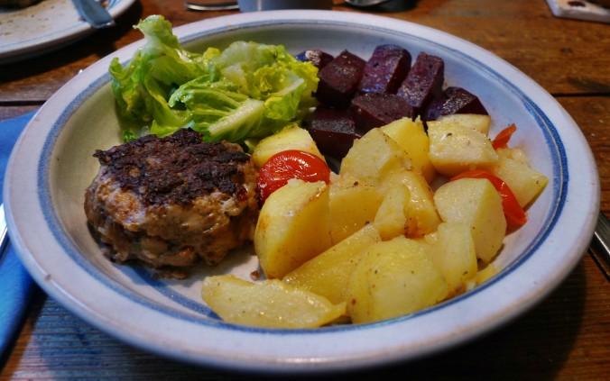 Rote Beete,Kartoffeln,Frikadellen,Salat -9.2.15   (17a)