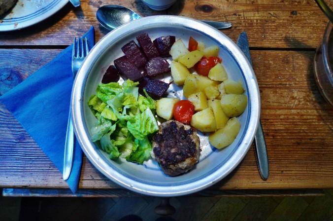 Rote Beete,Kartoffeln,Frikadellen,Salat -9.2.15   (1a)