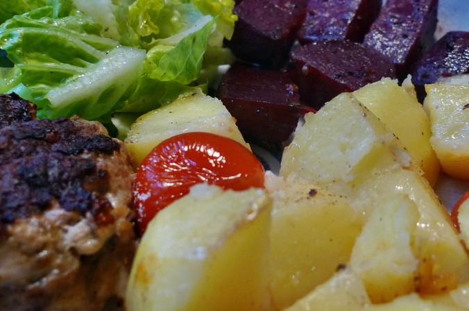 Rote Beete,Kartoffeln,Frikadellen,Salat -9.2.15   (21)