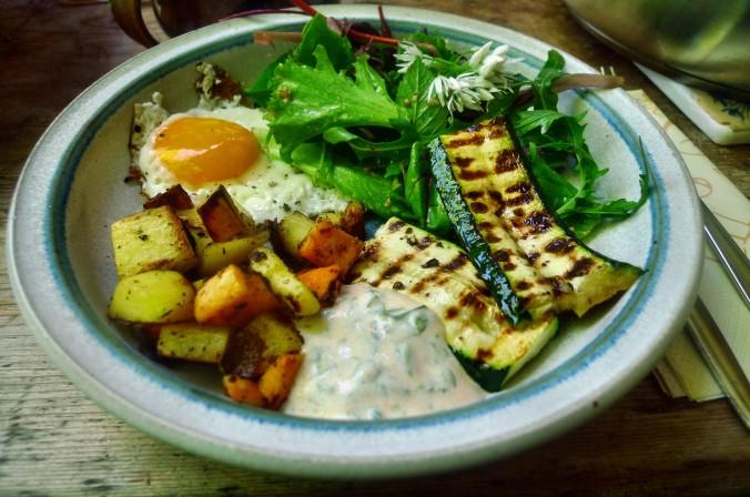 Bratkartoffel,Salat,Spiegelei,Dip,Zucchini - 13.5.15   (16)