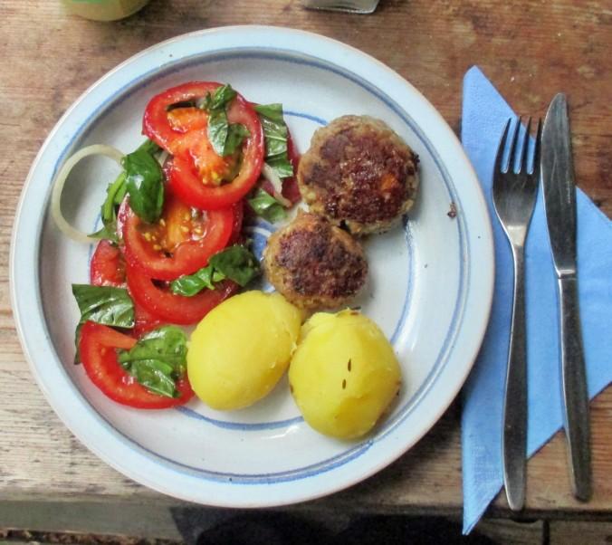 Frikadellen,Kartoffeln,Tomatensalat - 24.7.15   (1)
