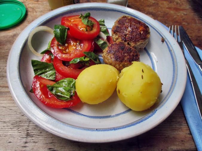 Frikadellen,Kartoffeln,Tomatensalat - 24.7.15   (12)