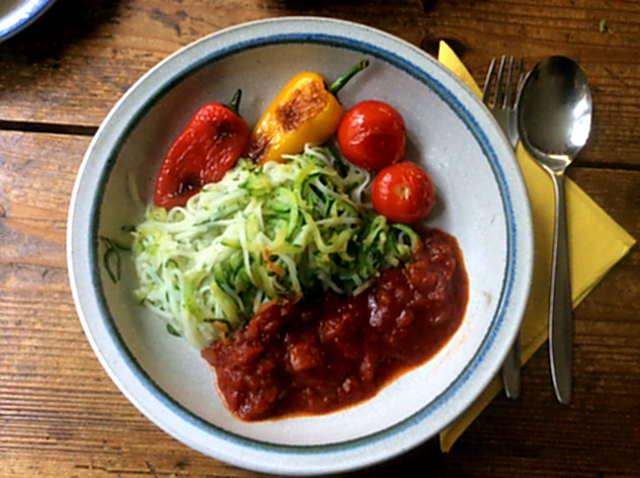 15.2.16 - Zucchinispaghetti,Reisnudeln,Tomatensoße,Bratgemüse (1)