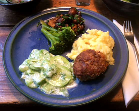 21.2.16 - Frikadellen,Kartoffelpü,Gurkensalat,Brokkoli,Dessert, (1)