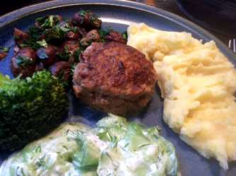 21.2.16 - Frikadellen,Kartoffelpü,Gurkensalat,Brokkoli,Dessert, (18)