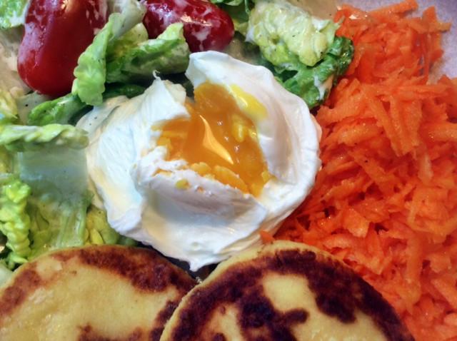 23.2.16 - Kartoffeltaler,Salate,pochiertes Ei,vegetarisch (2b)