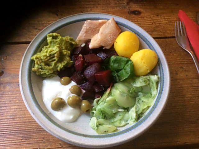 29.3.16 - Rote Bete,Gurkensalat,Kartoffeln,Dip,Desseret (4)