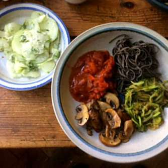 Black Beans Spaghetti,Zucchini Spaghetti,Champignons,Tomatensauce,Gurkensalat (14)