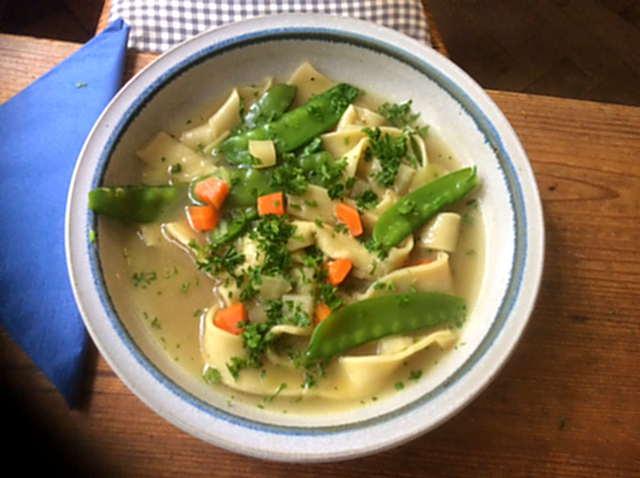 18.4.16  -  Gemüsesuppe ,selbstgemachte Nudeln (1)