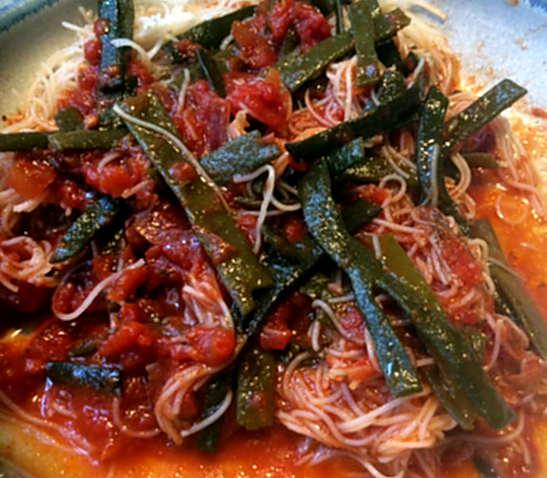 2.4.16 - Meeresspaghetti,Reisnudeln,Tomatensauce.Salat   (2)