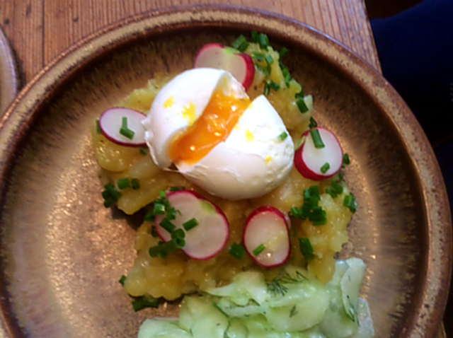 23.4.16 - Kartoffelsalat,pochiertes Ei,Gurkensalat (1)