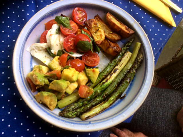 11.6.16 - Grüner Spargel,Ofenkartoffeln,Tomaten,Avocado,vegetarisch (1)