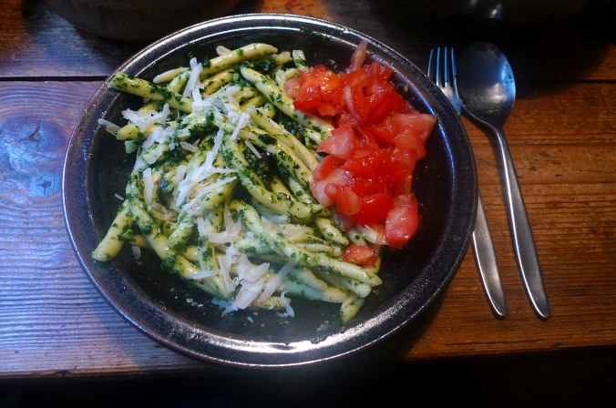 Nudeln,Bärlauchpesto,Tomatensalat,Gurkensalat,vegetarisch (1).JPG
