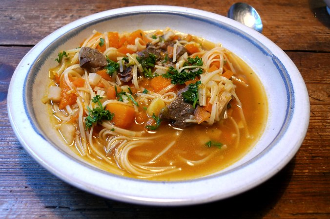 Gemüsesuppe mit Beinscheibe und Nudeln,Pflaumenkompott (1).JPG