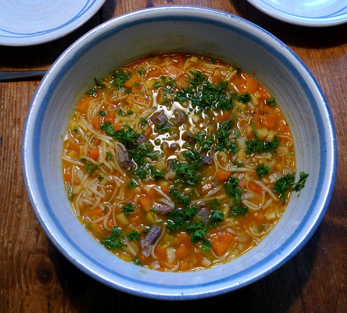 gemusesuppe-mit-beinscheibe-und-nudelnpflaumenkompott-13
