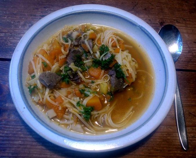 gemusesuppe-mit-beinscheibe-und-nudelnpflaumenkompott-15