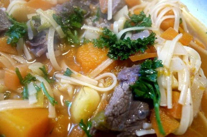 gemusesuppe-mit-beinscheibe-und-nudelnpflaumenkompott-17