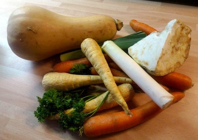 gemusesuppe-mit-beinscheibe-und-nudelnpflaumenkompott-1b