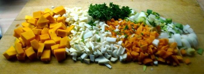 gemusesuppe-mit-beinscheibe-und-nudelnpflaumenkompott-1e