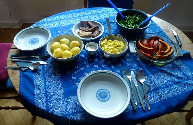 geraucherter-tofuhokkaidopellkartoffelnruhreifeldsalatmirabellenkompottvegetarisch-1a