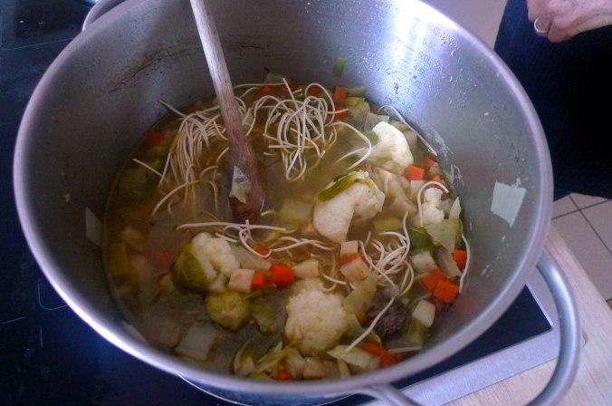 gemusesuppe-mit-nudeln-und-wiener-11