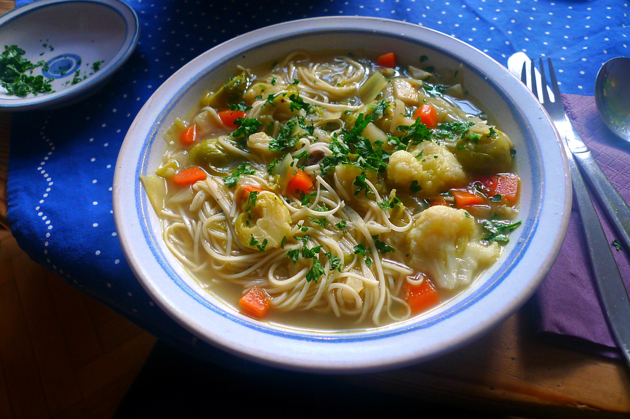gemusesuppe-mit-nudeln-und-wiener-14