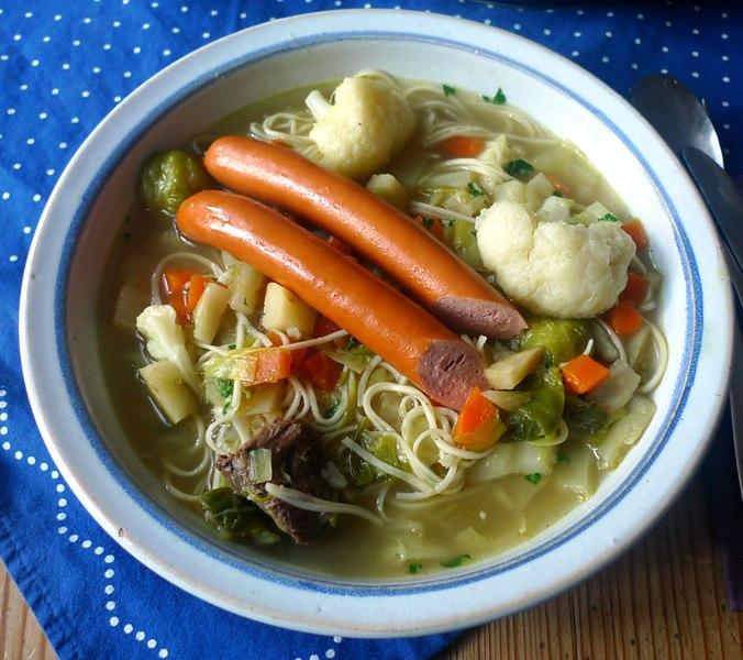 gemusesuppe-mit-nudeln-und-wiener-15