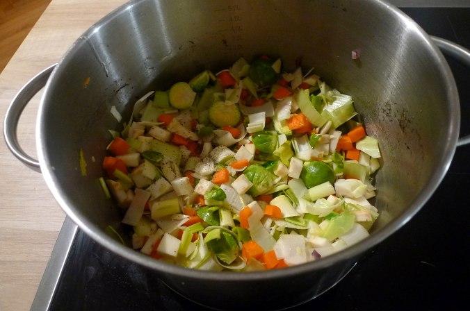 gemusesuppe-mit-nudeln-und-wiener-9