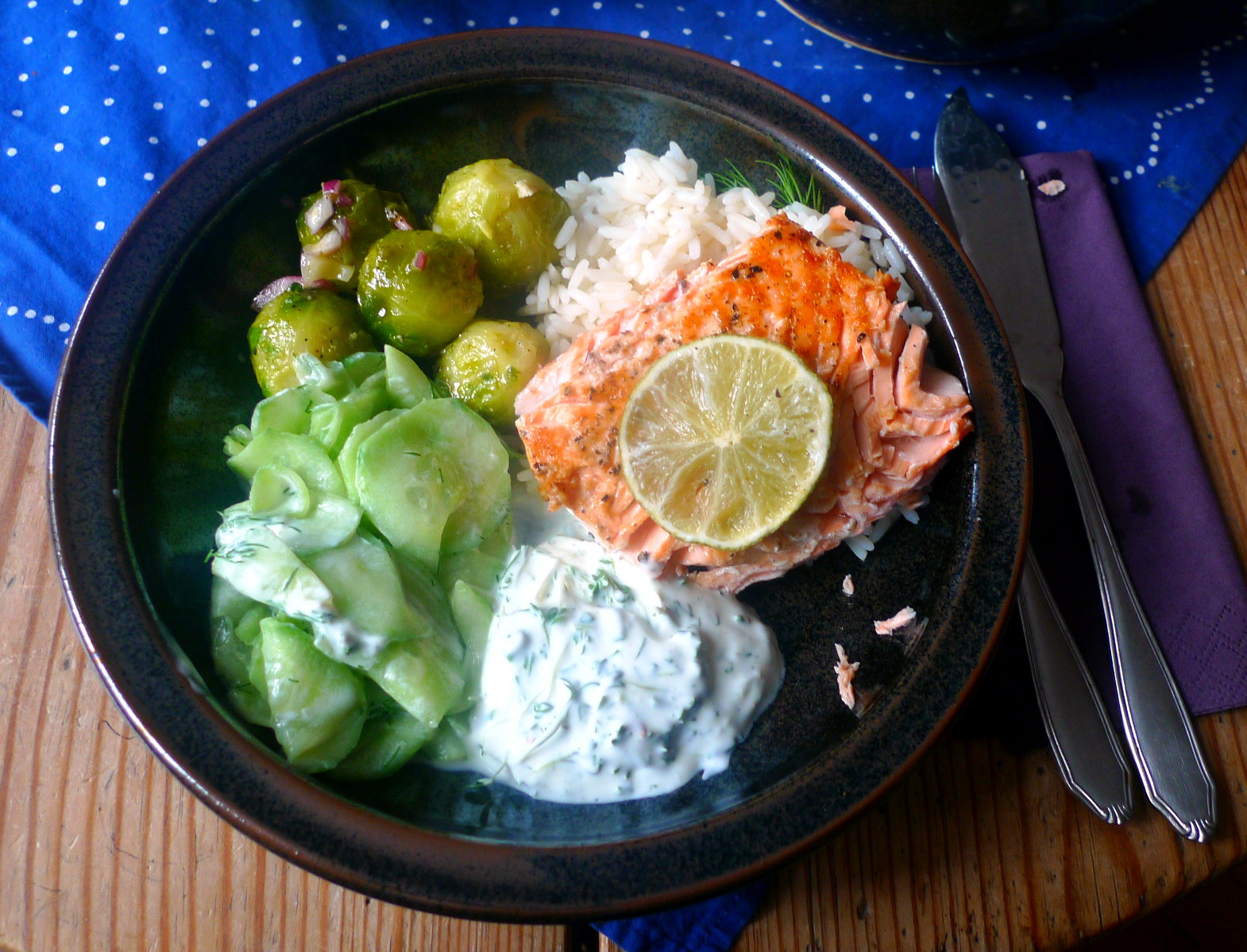 lachsreisrosenkohlsalatgurkensalat-12