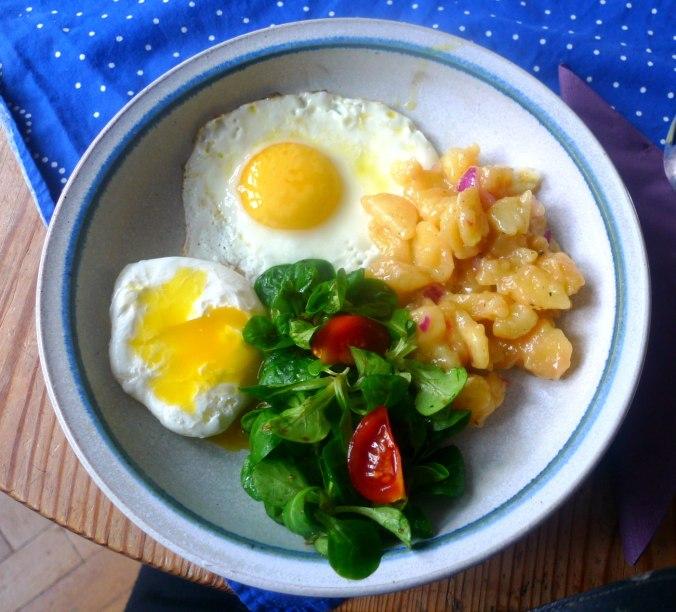 schwabischer-kartoffelsalatfeldsalatpochiertes-eispiegeleivegetarisch-1