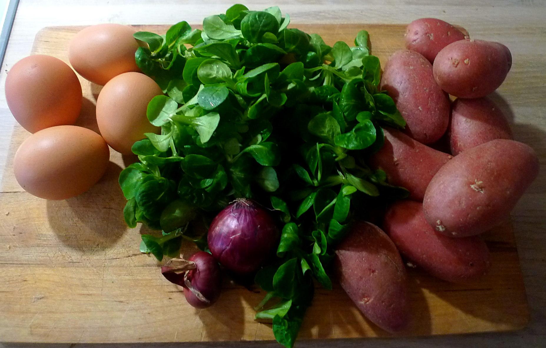 schwabischer-kartoffelsalatfeldsalatpochiertes-eispiegeleivegetarisch-3