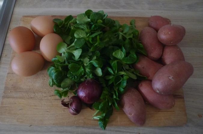schwabischer-kartoffelsalatfeldsalatpochiertes-eispiegeleivegetarisch-4