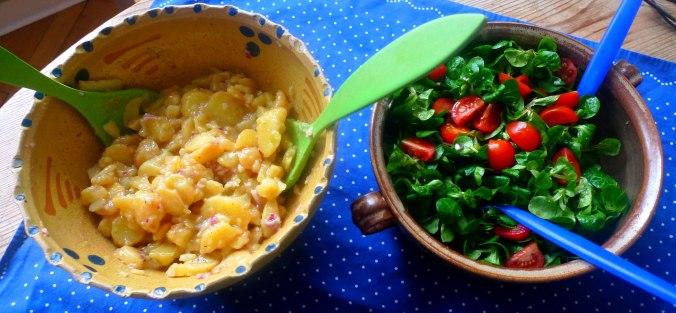 schwabischer-kartoffelsalatfeldsalatpochiertes-eispiegeleivegetarisch-8