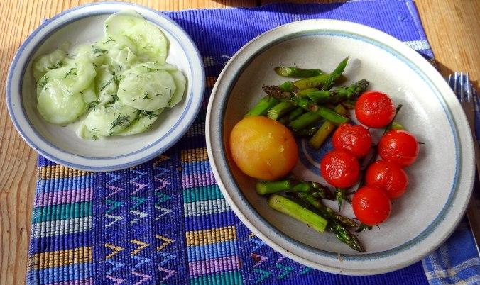 Grüner Spargel,Pellkartoffeln,Gurkensalat (1)