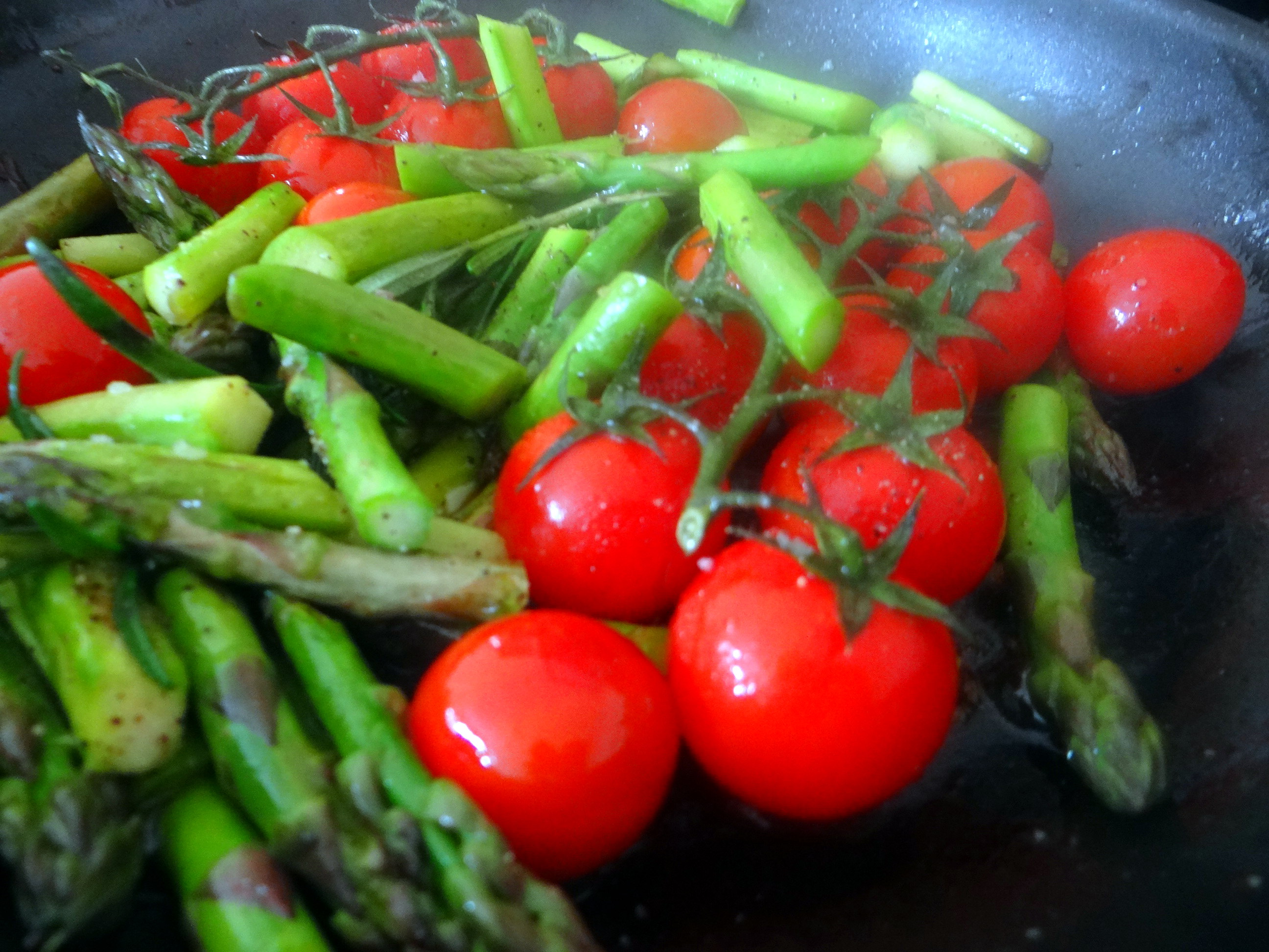 Grüner Spargel,Pellkartoffeln,Gurkensalat (12)