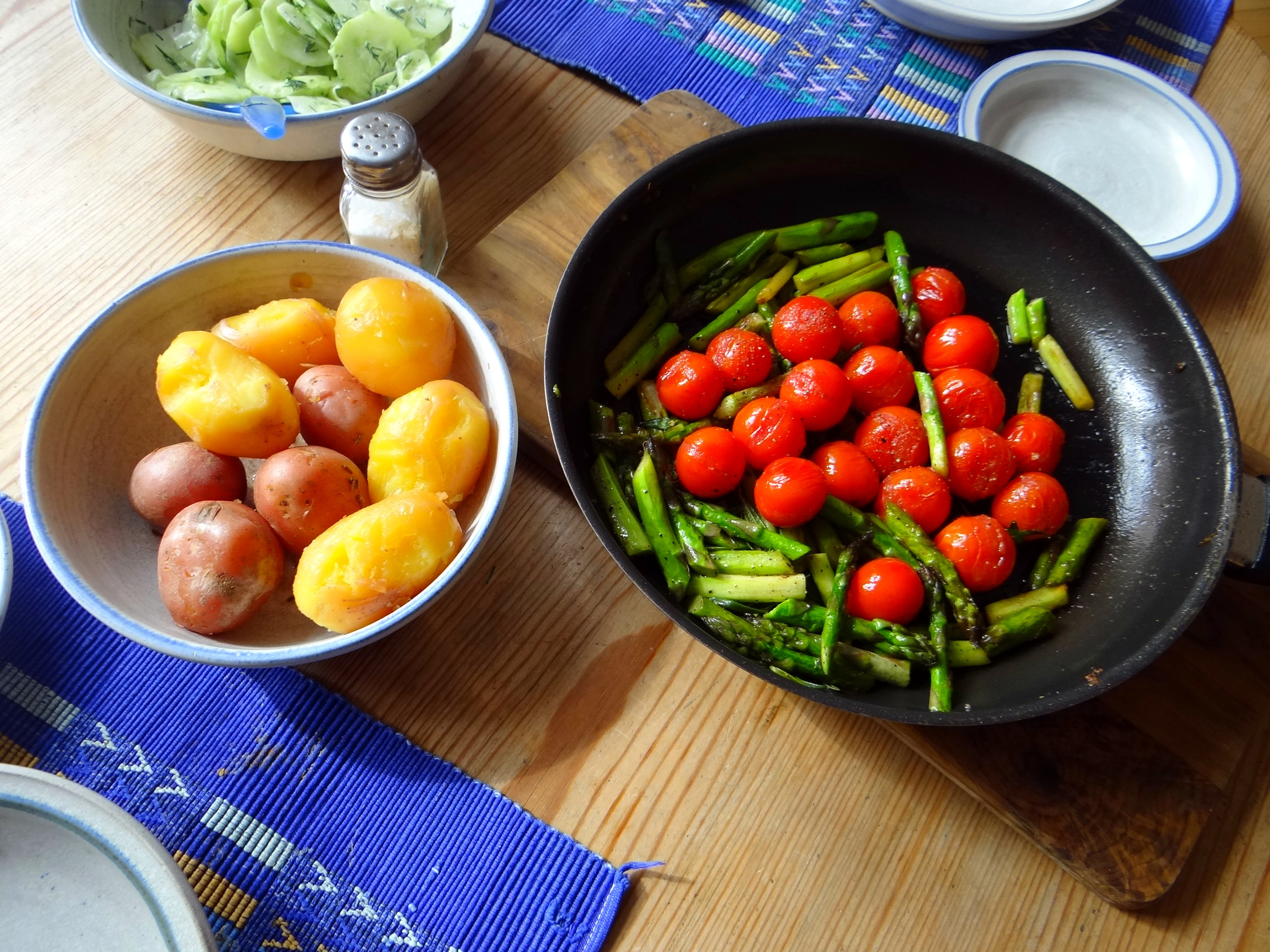 Grüner Spargel,Pellkartoffeln,Gurkensalat (13)
