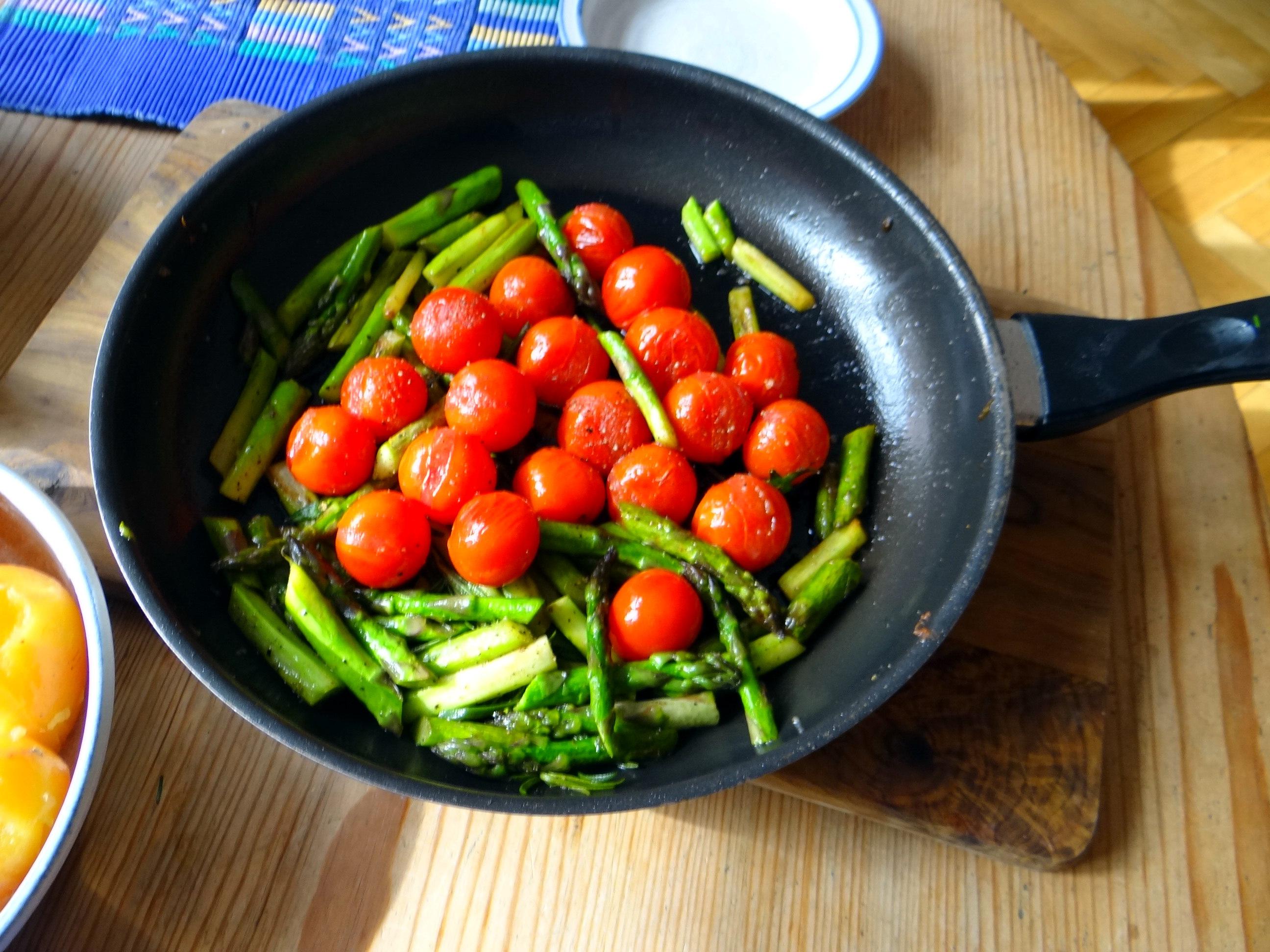 Grüner Spargel,Pellkartoffeln,Gurkensalat (14)