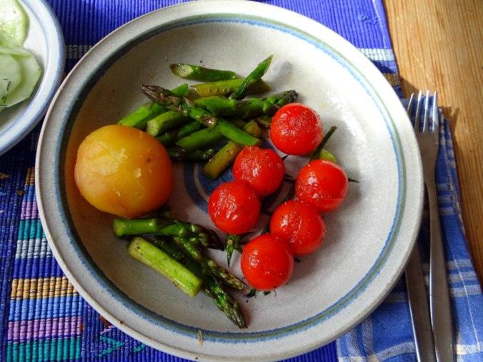 Grüner Spargel,Pellkartoffeln,Gurkensalat (15)