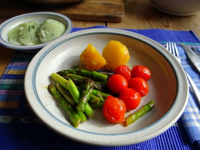 Grüner Spargel,Pellkartoffeln,Gurkensalat (16)