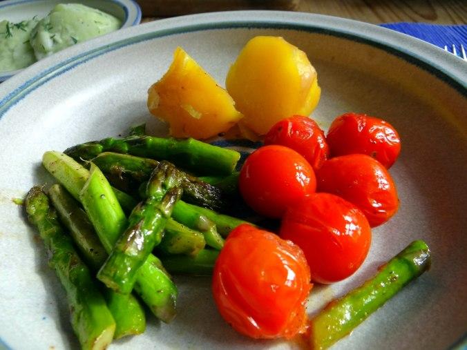 Grüner Spargel,Pellkartoffeln,Gurkensalat (17)