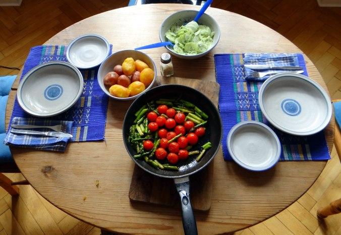 Grüner Spargel,Pellkartoffeln,Gurkensalat (2)