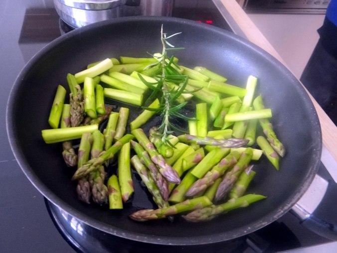 Grüner Spargel,Pellkartoffeln,Gurkensalat (4)