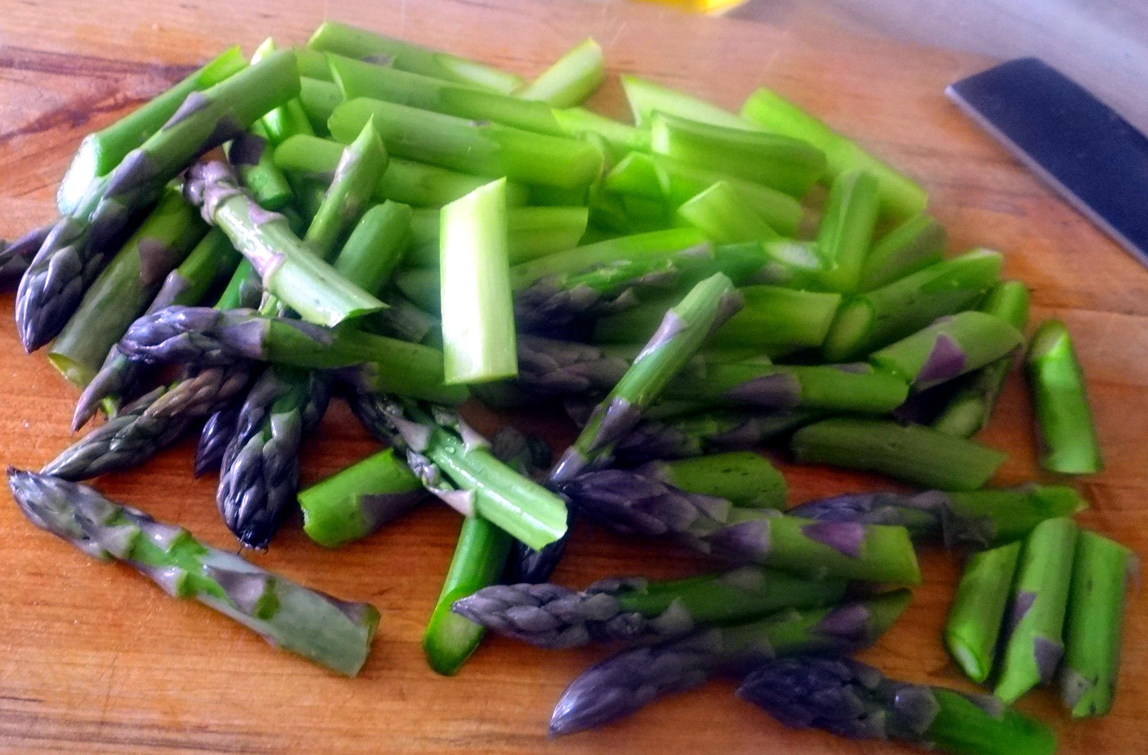 Grüner Spargel,Pellkartoffeln,Gurkensalat (7)