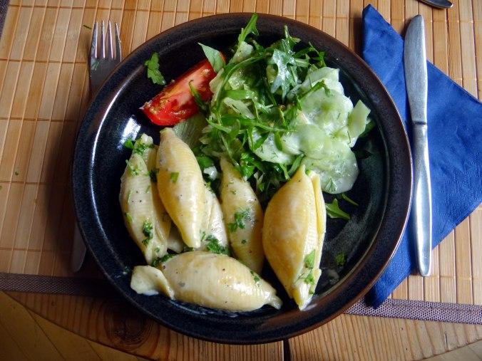 Muschelnudeln,Gorgonzolasauce,Salate (1)