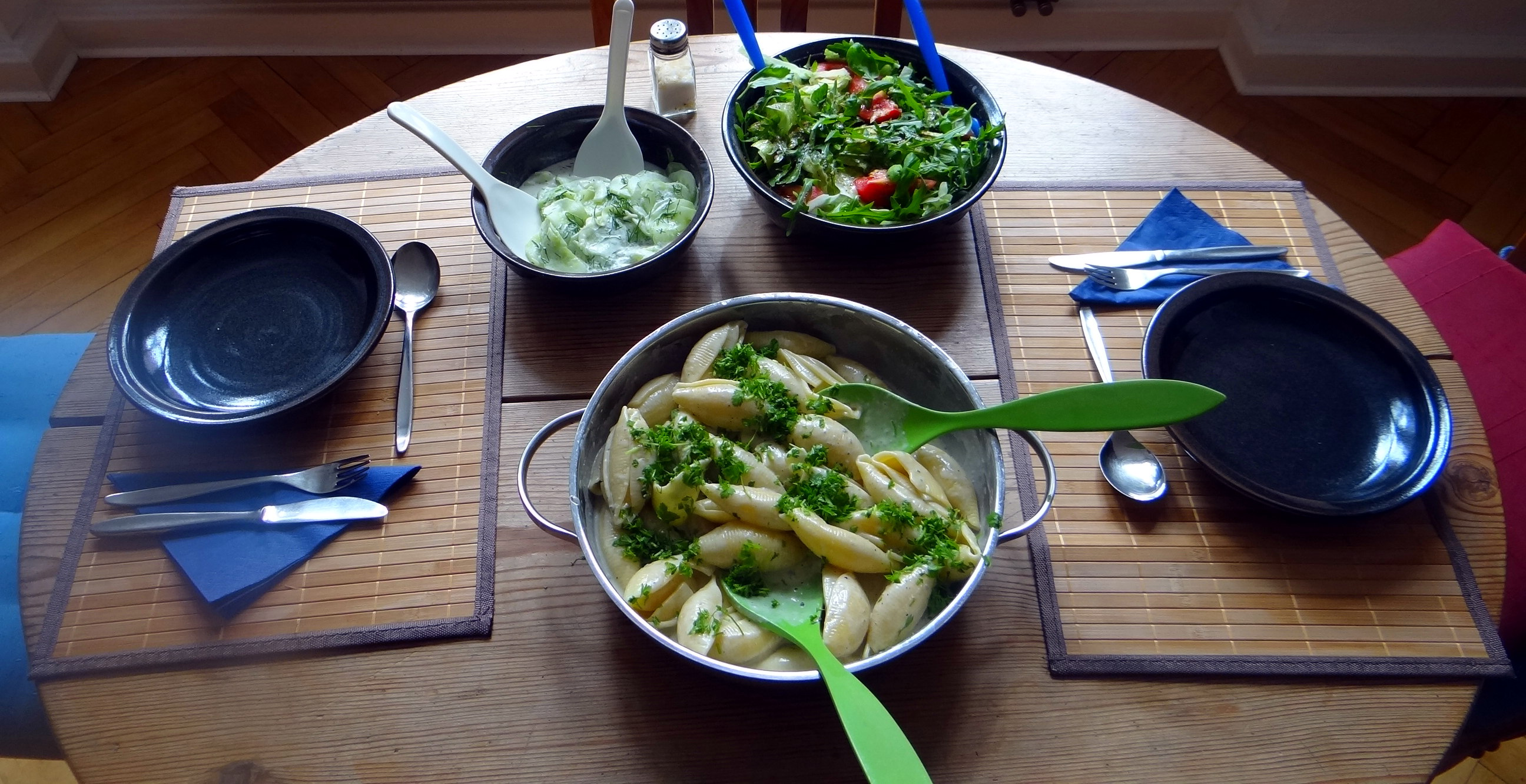 Muschelnudeln,Gorgonzolasauce,Salate (2)