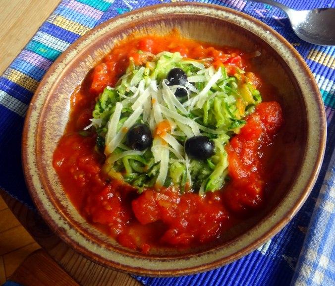 Zucchini Spaghetti mit Oliven,Tomatensoße (1)