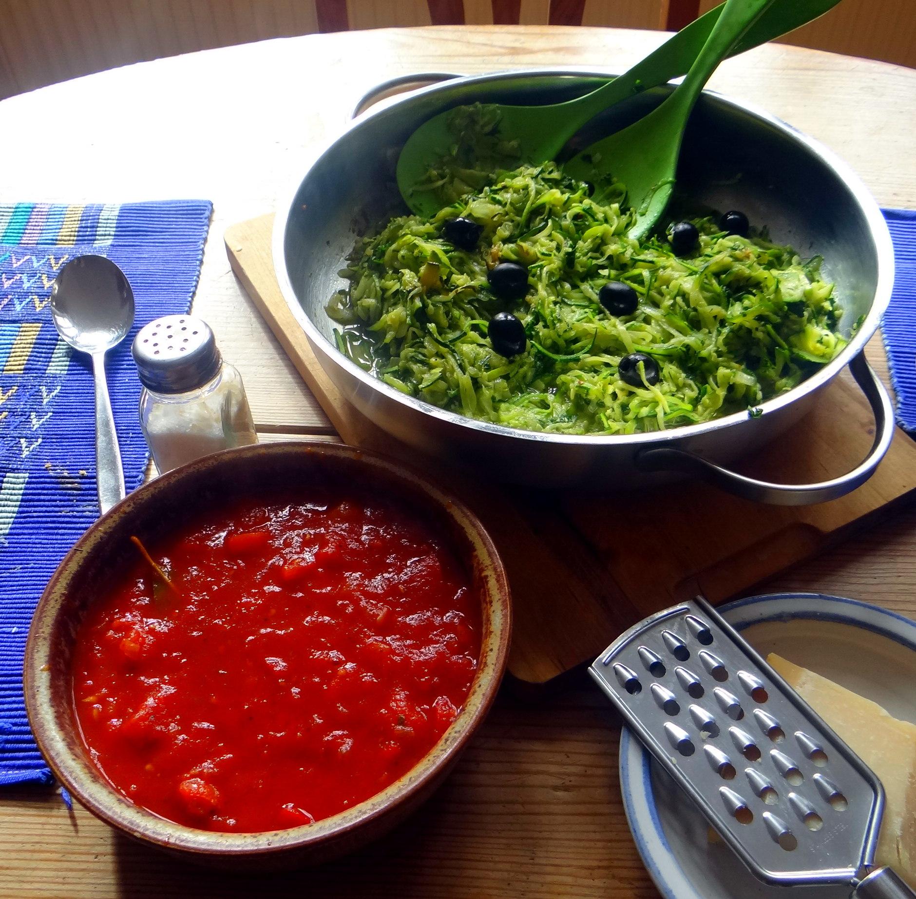 Zucchini Spaghetti mit Oliven,Tomatensoße (23)
