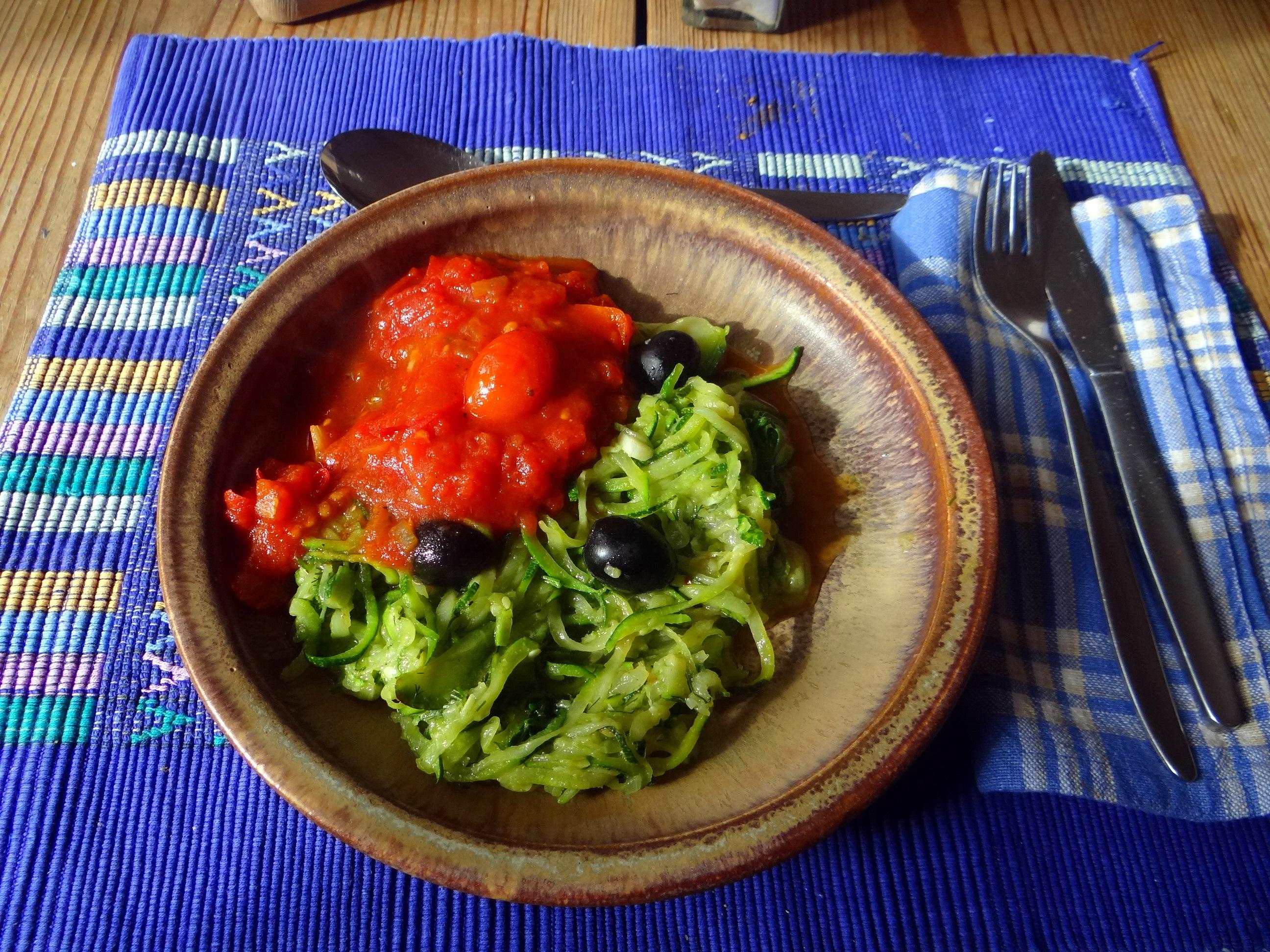 Zucchini Spaghetti mit Oliven,Tomatensoße (25)